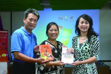 市長夫人張美慧(右)與作者黃駿基(左)、陳曉諭(中)兩人交換親職教育經驗與心得。
